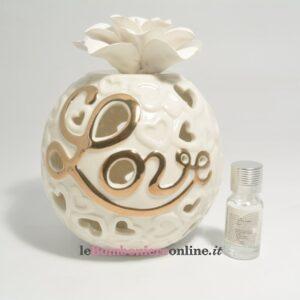 diffusore in porcellana traforata con scritta Love e led Claraluna